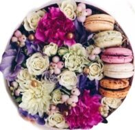 Sweet bouquet with macarons