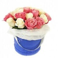 Bouquet of roses in a hatbox