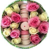 Round box with macarons