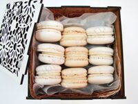 Box of white macarons XS