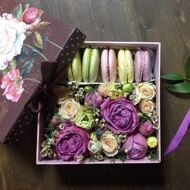 Lilac surprise with macarons